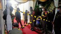 Satpol PP Kota Depok saat melakukan penyegelan di acara hajatan lurah yang diduga melanggar PPKM Darurat. (Istimewa)