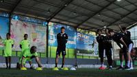 Pelatih Arema Milomir Seslija memberikan instruksi saat Singo Edan latihan di lapangan futsal. (Bola.com/Iwan Setiawan)