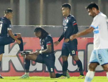 Foto: Dua Gol Carlos Fortes Warnai Kemenangan 3-0 Arema FC atas Persela dalam Derbi Jatim di BRI Liga 1