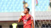 Kiper Sriwijaya FC, Teja Paku Alam saat melawan Bhayangkara FC pada lanjutan Liga 1 2017 di Stadion Patriot Bekasi, Minggu (20/8/2017). Bhayangkara FC menang 2-1. (Bola.com/Nicklas Hanoatubun)