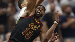 Aksi pemain Cleveland, Tristan Thompson (tengah) mencoba merebut bola dari jangkauan pemain Celtics pada gim keenam final wilayah timur NBA basketball di Quicken Loans Arena, (25/5/2018). Cavaliers menang 109-99. (AP/Ron Schwane)