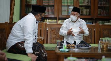 Menag Yaqut Cholil Qoumas berkunjung ke Pondok Pesantren Daarul Rahman, di Jagakarsa, Jakarta Selatan, bersilaturahmi dengan KH Syukron Ma'mun, Sabtu siang (6/2/2021).