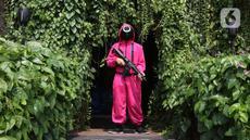 Pramusaji menggunakan kostum serial Netflix Squid Game di Cafe Strawberry, Jakarta, Sabtu (16/10/2021). Cafe tersebut melakukan inovasi dengan mengusung tema permainan yang ada dalam film asal Korea Selatan yakni Squid Game untuk memberikan daya tarik bagi pengunjung. (Liputan6.com/Herman Zakharia)