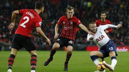 Gelandang Tottenham, Eric Dier, berusaha mengamankan bola saat melawan Southampton pada laga Premier League di Stadion Wembley, London, Rabu (5/12). Tottenham menang 3-1 atas Southampton. (AFP/Ian Kington)