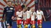 Pemain RB Leipzing merayakan gol yang dicetak Emil Forsberg ke gawang Union Berlin pada laga lanjutan Liga Jerman di Red Bull Arena Stadium, Kamis (21/1/2020) dini hari WIB. RB Leipzig menang tipis 1-0 atas Union Berlin. (AFP/Annegret Hilse/pool)