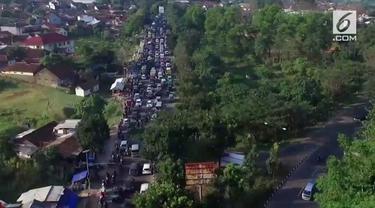 Arus lalu lintas jalur selatan masih macet. Kemacetan yang terjadi sejak pagi bahkan telah mancapai 15 km.