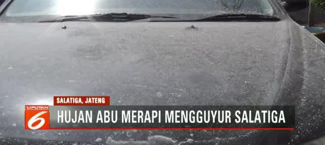 Kota Salatiga, Jawa Tengah, diguyur hujan abu usai Gunung Merapi mengalami letusan freatik.