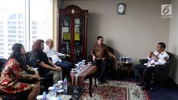 Duta Besar Timor Leste untuk Indonesia Alberto Carlos (kanan) berbincang dengan jajaran EMTEK dan SCM Group di Jakarta, Kamis (9/8). Pertemuan membahas kerja sama di sektor media. (Liputan6.com/JohanTallo)