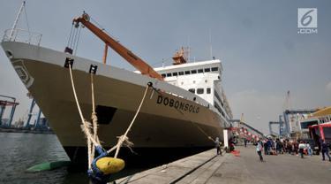 Suasana Terminal Nusantarapura, Pelabuhan Tanjung Priok, Jakarta, Kamis (30/5/2019). Jumlah pemudik yang menggunakan kapal laut dari Pelabuhan ini ke sejumlah kota di Pulau Jawa, Kalimantan, dan Sumatera diprediksi akan bertambah hingga hari puncak 1 Juni 2019. (merdeka.com/Iqbal S. Nugroho)