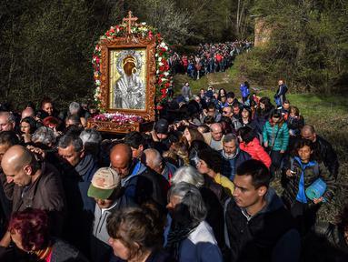 Jemaat Kristen Ortodoks membawa simbol Perawan Maria selama prosesi keagamaan tahunan di Biara Bachkovo, Bulgaria (9/4). Prosesi keagamaan yang diadakan tiap tahun ini dilaksanakan pada hari kedua Paskah Ortodoks. (AFP Photo/Nikolay Doychinov)