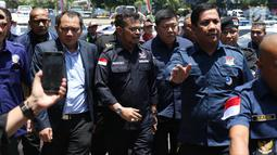 Ketua Bidang Hukum, Advokasi, dan HAM Partai Nasdem Taufik Basari (kedua kiri) bersama sejumlah kader Nasdem bersiap melaporkan Rizal Ramli ke Sentra Pelayanan Kepolisian Terpadu Polda Metro Jaya, Senin (17/9). (Liputan6.com/Helmi Fithriansyah)
