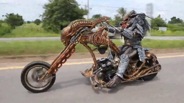 Menyeramkan, Alien Berkeliaran di Jalan Raya Naik Motor ...