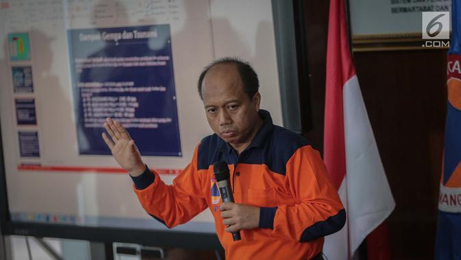 Kepala Pusat Data Informasi dan Humas BNPB Sutopo Purwo Nugroho memberikan keterangan pers di kantor BNPB Jakarta, Sabtu (29/9). BNPB menyatakan jumlah korban tewas akibat gempa bumi dan tsunami di kota Palu sebanyak 48 orang. (Liputan6.com/Faizal Fanani)