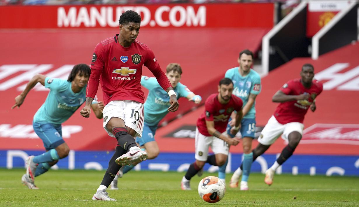 Pemain Manchester United Marcus Rashford mencetak gol lewat tendangan penalti saat menghadapi Bournemouth pada pertandingan Premier League di Stadion Old Trafford, Manchester, Inggris, Sabtu (4/7/2020). Manchester United menang 5-2 atas Bournemouth. (Dave Thompson/Pool via AP)