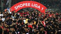 Para pemain dan suporter Bali United merayakan gelar juara Liga 1 2019 di Stadion Kapten I Wayan Dipta, Bali, Minggu (22/12). Bali berada di peringkat satu dengan meraih 64 poin. (Bola.com/Aditya Wany)
