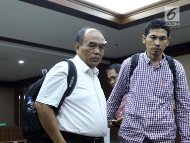 Terdakwa korupsi komisi kegiatan fiktif agen PT Asuransi Jasindo dalam pengadaan asuransi BP Migas-KKKS 2010-2012 dan 2012-2014, Budi Tjahjono (tengah) usai menjalani sidang di Pengadilan Tipikor, Jakarta, Rabu (13/3). (Liputan6.com/Helmi Fithriansyah)