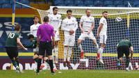 Striker Tottenham Hotspur, Harry Kane (kiri) melepaskan tendangan bebas ke gawang Leeds United dalam laga lanjutan Liga Inggris 2020/2021 pekan ke-35 di Elland Road, Leeds, Sabtu (8/5/2021). Tottenham kalah 1-3 dari Leeds. (AP/Jason Cairnduff/Pool)