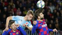 Bek Barcelona, Gerard Pique, duel udara dengan pemain Slavia Praha, Petr Sevcik, pada laga Liga Champions 2019 di Stadion Camp Nou, Selasa (5/11). Kedua tim bermain imbang 0-0. (AP/Emilio Morenatti)