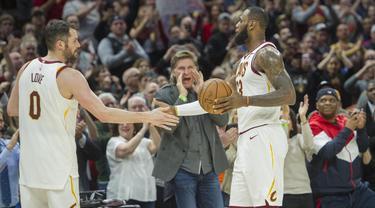 Pebasket Cleveland Cavaliers, LeBron James dan Kevin Love, merayakan kemenangan atas New Orleans Pelicans pada laga NBA di Quicken Loans Arena, Sabtu (31/3/2018). Cavaliers menang 107-102 atas Pelicans. (AP/Phil Long)