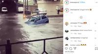 Terlihat sebuah mobil mungil mencoba melewati banjir yang cukup dalam. (@dramaojol.id)
