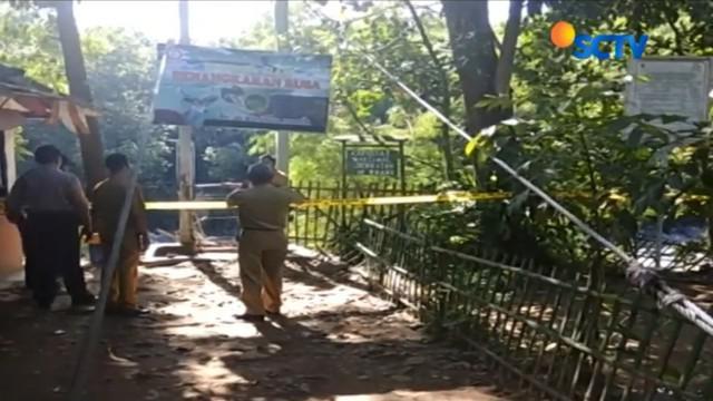Kondisi jembatan yang telah berusia 10 tahun masih belum diperbaiki sehingga mengganggu aktivitas warga yang ingin berkebun.