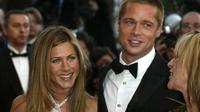 Sebuah kabar menyebutkan foto Brad Pitt dan Jennifer Aniston yang baru-baru ini berciuman beredar luas (AP Files)