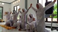 Santriwati Takwinul Ummah menampilkan seni tari saman sebagai pembukaan seminar di SMP Islam Takwinul Ummah, Karawang, Senin (13/1/2020).