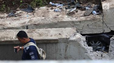 Petugas Puslabpor Bareskrim Polri melakukan olah TKP longsornya Underpass Perimeter Selatan, Bandara Soekarno Hatta (Soetta), Tangerang, Banten, Selasa (6/2). Longsor terjadi di lokasi tersebut pada Senin, 5 Februari 2018. (Liputan6.com/Angga Yuniar)