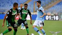 Gelandang Lazio, Sergej Milinkovic-Savic dihadang dua pemain Sassuolo. (Dok. Twitter/Official SS Lazio)