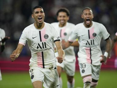 Reaksi bek Paris Saint-Germain (PSG), Achraf Hakimi (kiri) setelah mencetak gol ke gawang Metz pada laga pekan ketujuh Ligue 1 di Stadion Saint-Symphorien, Kamis (23/9/2021) dini hari WIB. PSG menang atas Metz dengan skor tipis 2-1 lewat gol telat Achraf Hakimi. (AP Photo/Christophe Ena)