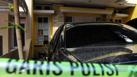 Garis polisi terpasang di depan rumah orangtua yang diduga menelantarkan lima anaknya di Perumahan Citra Gran, Cibubur, Jawa Barat, Jumat (15/5). Kondisi rumah yang dari luar terlihat mewah itu sangat memprihatinkan. (Liputan6.com/Yoppy Renato)