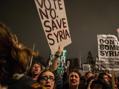 Pengunjuk rasa anti-perang mengelar aksi usai pemungutan pemerintah Inggris pada aksi militer terhadap Negara Islam (IS) Suriah di London (2/11). Parlemen Inggris menyetujui serangan udara terhadap kelompok ISIS di Suriah. (AFP PHOTO/CHRIS Ratcliffe)