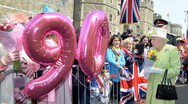 Ratu Inggris Elizabeth II berjalan menyapa warga saat merayakan ulang tahunnya yang ke-90  di kawasan Istana Windsor, Berkshire, Inggris (21/4/2016). (AFP PHOTO/John Stillwell)