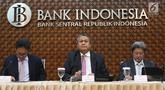 Gubernur Bank Indonesia (BI), Perry Warjiyo (tengah) bersama jajaran saat Rapat Dewan Gubernur di Jakarta, Kamis (21/2). BI kembali menahan suku bunga acuan BI 7-Days Reverse Repo Rate (BI7RRR) di angka 6 persen.(Www.sulawesita.com)