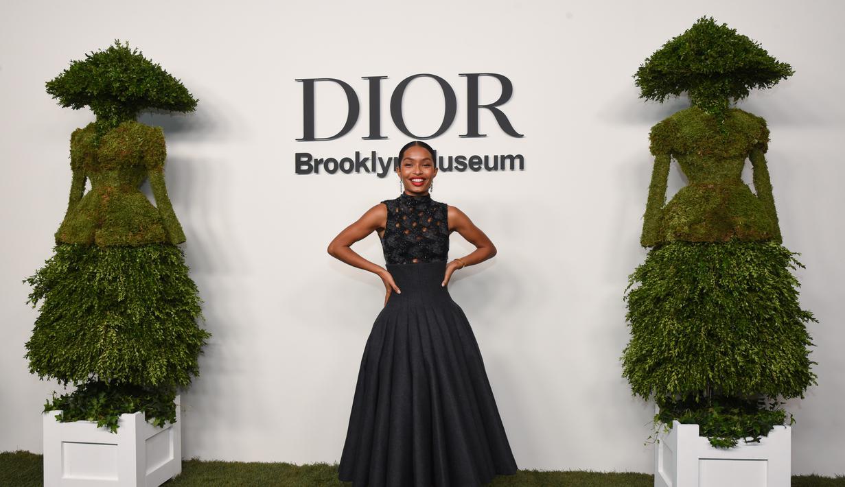 Dior mengundang sederet seleb untuk pembukaan pameran Designer of Dreams di Museum Brooklyn. Mereka memakai Dior Haute Couture dan Dior by Maria Grazia Chiur. (Foto: Dior)