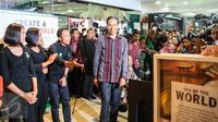 Presiden Joko Widodo (Jokowi) kembali menyambangi pusat perbelanjaan Sarinah, Jalan MH Thamrin, Jakarta, Jumat (15/1). Kunjungan singkat  tersebut guna memastikan situasi Ibukota kembali normal pasca serangan teror. (Liputan6.com/Faizal Fanani)