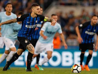 Pemain Inter Milan, Mauro Icardi mencetak gol penalti ke gawang Lazio pada laga terakhir Serie A 2017-2018  di Stadion Olimpico, Senin (21/5). Inter Milan memenangi duel hidup-mati melawan Lazio dengan skor 3-2. (Giuseppe Lami/ANSA via AP)
