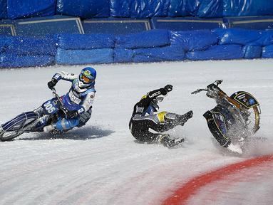 Pebalap Swedia, Ove Ledstrom, terjatuh saat bersaing dengan pebalap Rusia, Egor Myshkovets, dalam kejuaraan dunia FIM Ice Speedway Gladiators di Almaty, Kazakhstan, (21/2/2016). (Reuters/Shamil Zhumatov)
