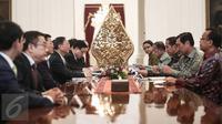 Suasana pertemuan Jokowi didampingi beberapa menteri dengan anggota Dewan Negara China Yang Jiechi bersama rombongan di Istana Merdeka, Jakarta, Senin (9/5). Pertemuan tertutup itu membahas beberapa persoalan perekonomian. (Liputan6.com/Faizal Fanani)