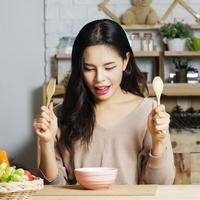ilustrasi perempuan makan malam/copyright by chaythawin (Shutterstock)