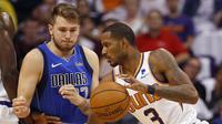 Aksi Luka Doncic (baju biru) pada laga perdananya di NBA (AP)