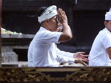 Seorang pria Hindu melakukan persembahyangan Hari Raya Galungan di sebuah pura di Jimbaran, Bali, Rabu (5/4). Galungan dirayakan oleh umat hindu di Bali sebagai hari kemenangan Dharma (Kebaikan) melawan Adharma (Keburukan). (AP Photo/Firdia Lisnawati)