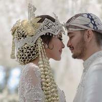 Syahnaz Sadiqah dan Jeje Govinda saat pernikahan mereka di Bandung, Jawa Barat, Sabtu (21/4/2018)
