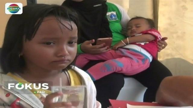 Disesaki ribuan pengunjung, seorang anak hilang dan menangis karena terlepas dari pantauan orangtuanya saat acara Festival Danau Sunter berlangsung.