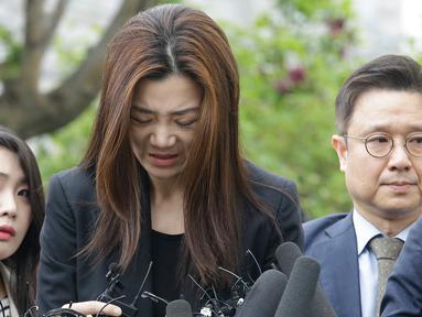 Mantan eksekutif senior Korea Air, Cho Hyun-min dengan kepala tertunduk meminta maaf ketika tiba di kantor polisi Seoul, Selasa (1/5). Cho meminta maaf atas insiden melemparkan minuman di wajah orang pada pertemuan April lalu. (AP/Ahn Young-joon)