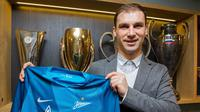 Branislav Ivanovic berpose dengan seragam Zenit St Petersburg. Dia pergi setelah memperkuat Chelsea sejak 2008. (Soccernet)