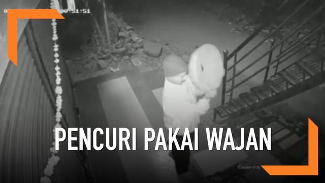 Aksi unik dilakukan seorang pencuri lantaran tak mau terlihat CCTV. Ia pun menggunakan wajah bolong untuk menutupi identitasnya.