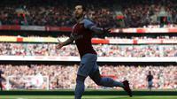 Gelandang Arsenal Henrikh Mkhitaryan merayakan gol ke gawang Southampton pada lanjutan Liga Inggris di Emirates Stadium, Minggu (24/2/2019). (AFP/Ian Kington)