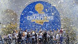 2. Golden State Warriors berhasil meraih gelar juara NBA setelah penantian selama 40 tahun. Pada partai final Stephen Curry dkk berhasil mengalahkan Cleveland Cavaliers. (Reuters/Kelley L. Cox)