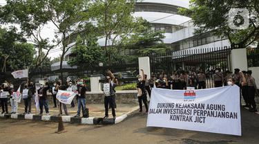 Serikat pekerja JICT menggelar aksi di depan Gedung Kejaksaan Agung, Jakarta, Jumat (30/4/2021). Dalam aksinya mereka mendukung upaya Kejagung untuk mengusut kasus dugaan tindak pidana korupsi terkait  perpanjangan kontrak pelabuhan petikemas nasional JICT. (Liputan6.com/Faizal Fanani)
